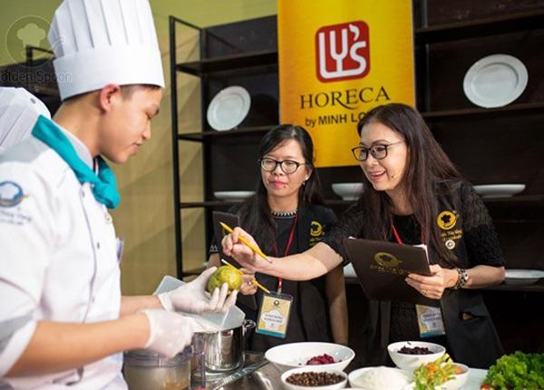Là giám khảo khách mời, NSƯT Kim Xuân hết sức ngỡ ngàng với các loại rau gia vị mới lạ và phong phú được các đầu bếp dày công chuẩn bị