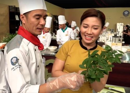 Bếp trưởng Phạm Văn Đại giới thiệu lá thùn mũn