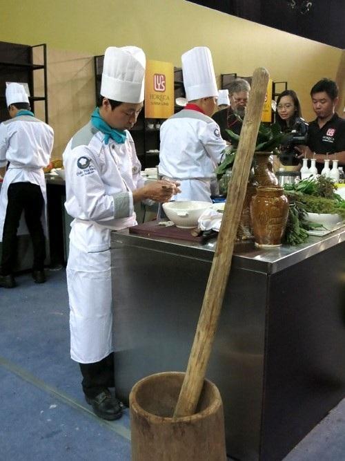 """Đội 45 chịu khó """"khuân"""" cả chiếc cối nặng trịch từ Kon Tum xuống Sài Gòn, dùng vào việc giã tiêu rừng và hạt bo bo"""