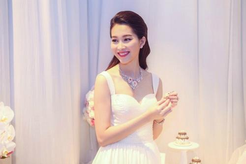 Hoa hậu Đặng Thu Thảo đội mưa đi xem đồ gia đình - 12