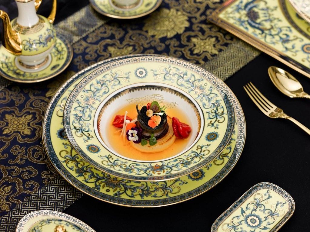 Sen - quốc hoa của Việt Nam và dương xỉ - loài cây có mặt sớm nhất và trường tồn, bất biến theo thời gian là hai họa tiết được chọn để trang trí. Đằng sau họa tiết, màu sắc trên bộ gốm sứ là cả nền văn hóa lịch sử nghìn năm của dân tộc.