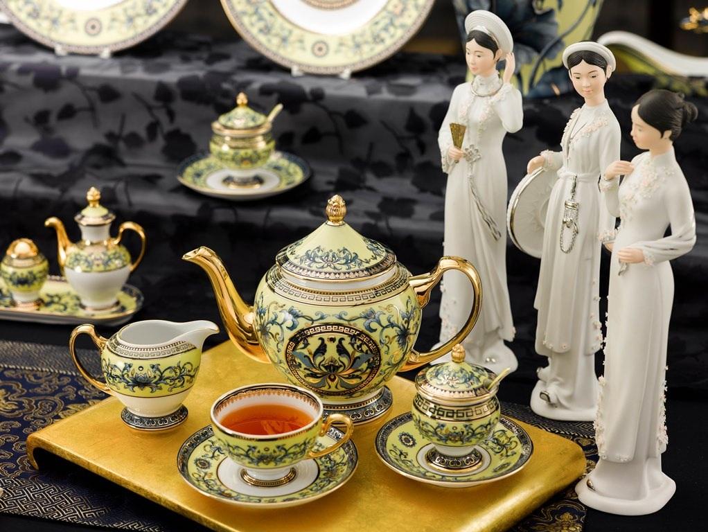 Bộ trà hoàng gia là một nét công phu mới của các nghệ nhân gốm sứ Minh Long. Sử dụng họa tiết hoa sen nền nã trên nền men vàng quý tộc, trang nhã, là một trong những thiết kế cao cấp, thuộc dãy sản phẩm quyền quý nhất của nhà sản xuất.