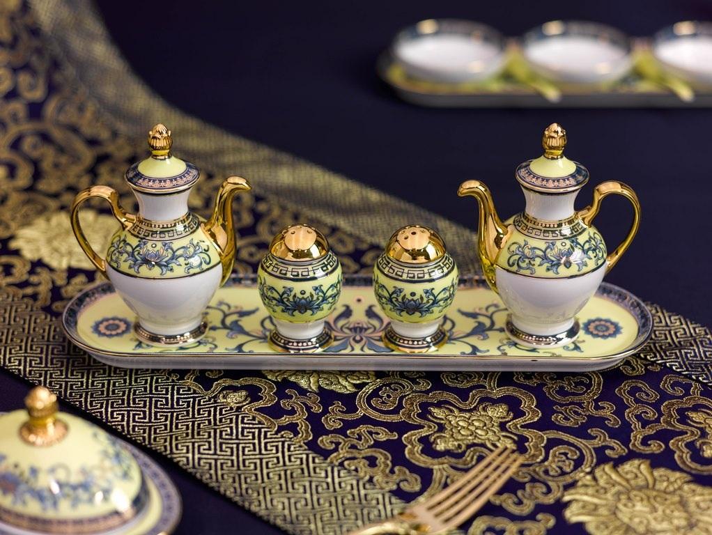 Các bộ gia vị, bộ sốt, nước chấm đi kèm được thiết kế theo hai lối, Âu và Á, để người chiêu đãi lựa chọn áp dụng theo thực đơn.