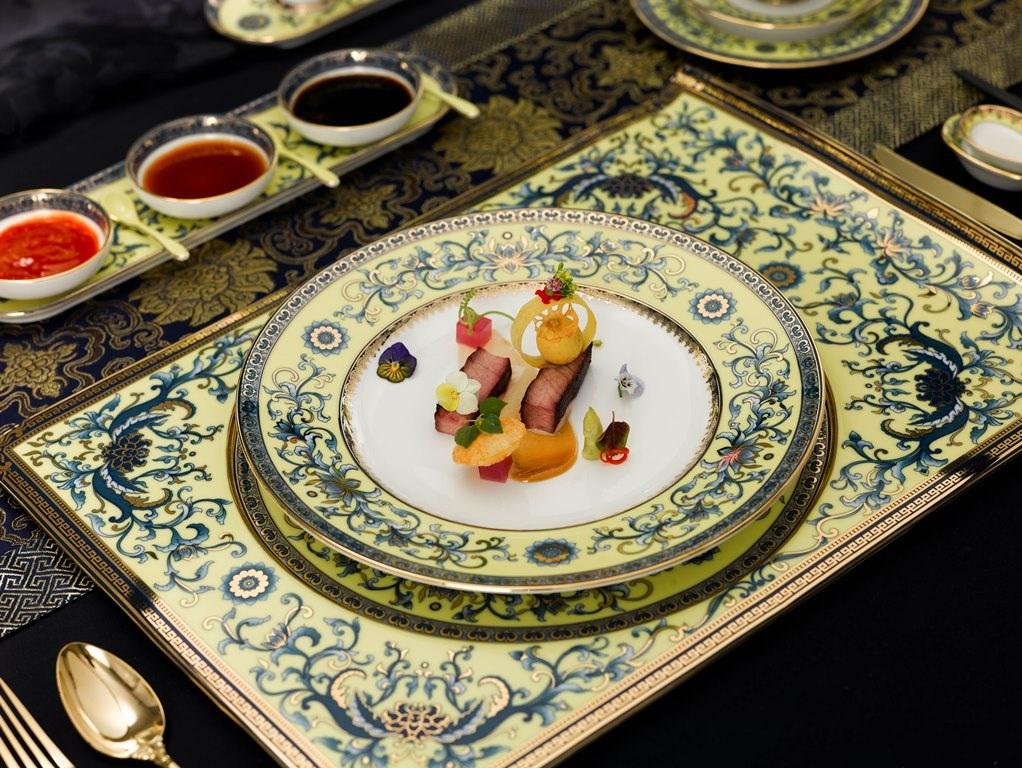 Các loại đĩa nhiều kích cỡ khác nhau được thiết kế theo hai lối Âu và Á kết hợp, tạo nên vẻ đẹp hoàn chỉnh cho bộ đồ ăn phục vụ các nhà lãnh đạo tham dự Gala Dinner APEC 2017