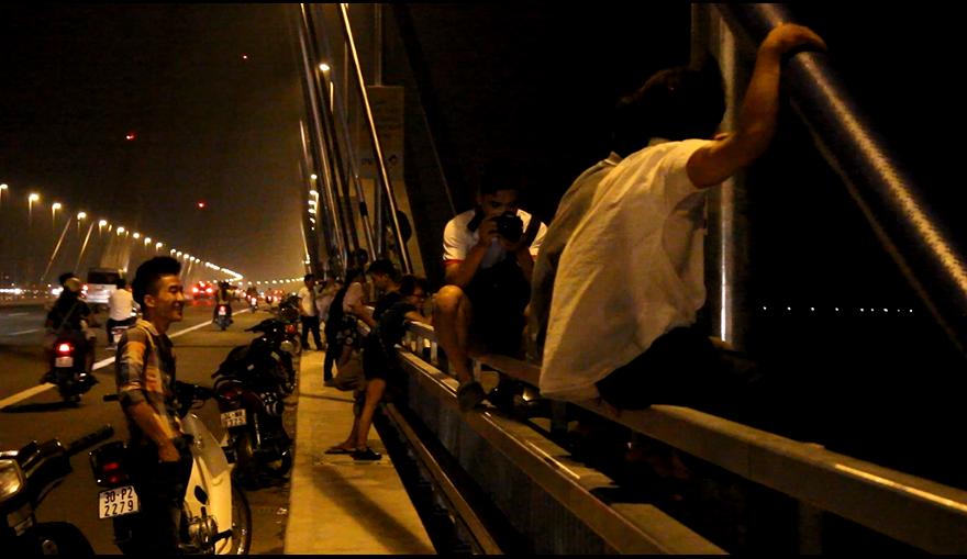 Cầu Nhật Tân tập trung đông người nhất là vào dịp cuối tuần. Hàng dọc các xe máy xếp tràn xuống hai bên thành cầu