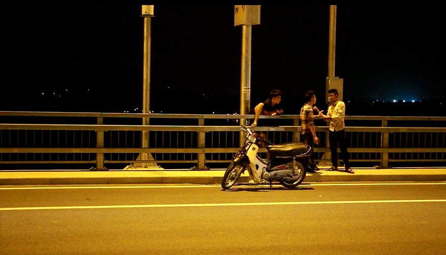 Với việc cho phép các phương tiện lưu thông với tốc độ 80km/giờ, thì việc dừng đỗ xe này ảnh hưởng nghiêm trọng đến việc lưu thông của các phương tiện khác trên cầu.