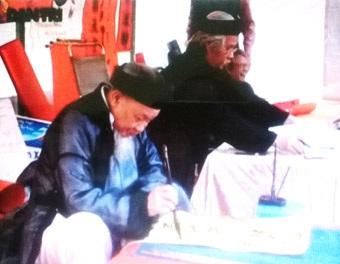Những nhà ở ngay gần Văn Miếu, hàng năm nhìn thấy các Ông đồ, thấy bút nghiên là thấy Tết.