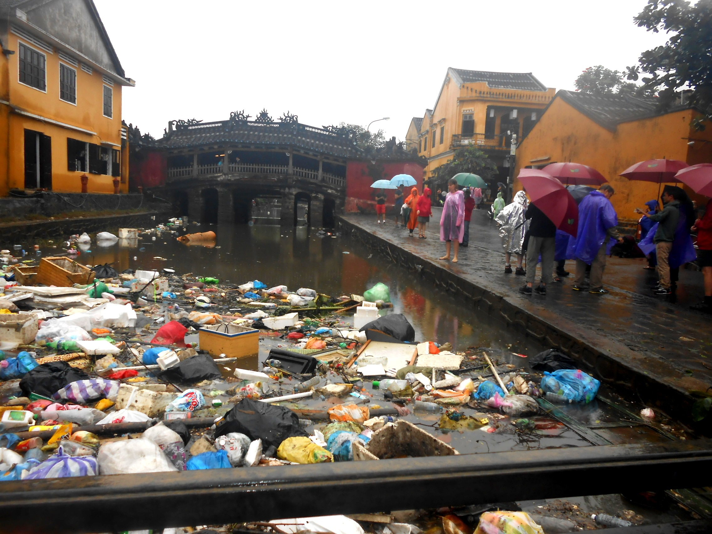 Du khách rất ngạc nhiên về lượng rác quá lớn tại chân chùa Cầu