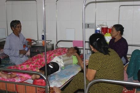 Xe chở 9 người gặp nạn trên đường từ Lào về Quảng Trị - 1
