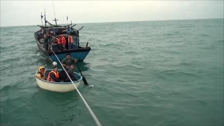 Đưa các thuyền viên liên tàu CN 09 để đưa về bờ