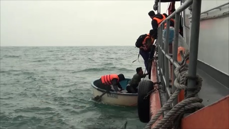 Nỗ lực ứng cứu 13 người trên tàu gặp nạn giữa đêm tối - 2