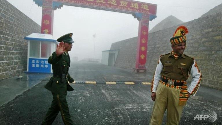 Binh sĩ Trung Quốc và Ấn Độ tại một khu vực biên giới giữa hai nước.