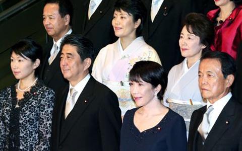 Ông Shinzo Abe và các quan chức trong nội các Nhật Bản (Ảnh Asahi).