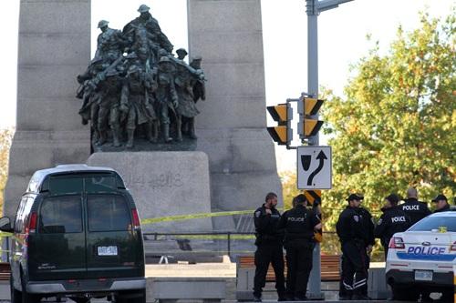 Cảnh sát Canada được tăng cường tại khu vực Đài Tưởng niệm Quốc gia. Ảnh: AFP/TTXVN