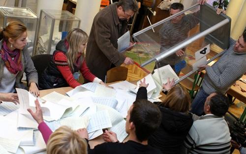 Nhân viên ủy ban bầu cử địa phương kiểm phiếu tại một điểm bỏ phiếu ở thủ đô Kiev. Ảnh: AFP/ TTXVN