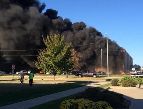 Hỏa hoạn bùng phát sau khi máy bay đâm phải tòa nhà tại sân bay Mid-Continent.