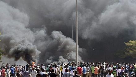 Tòa nhà quốc hội đã bị người biểu tình phóng hỏa.