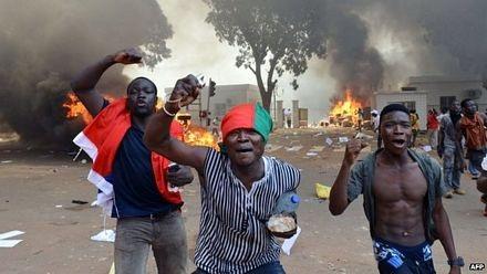 Người biểu tình đốt các ô tô gần tòa nhà quốc hội.