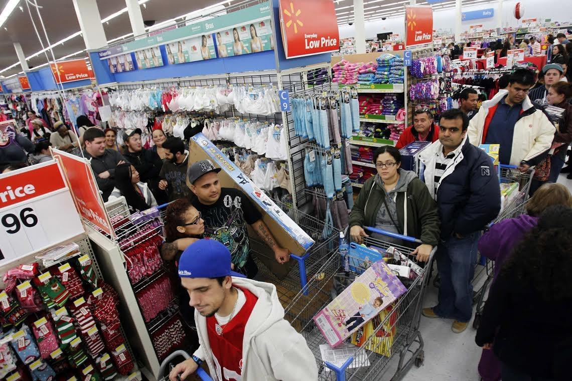 Người tiêu dùng chen chúc tại một cửa hàng của Wal-mart
