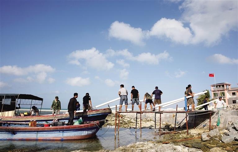 Trung Quốc vận chuyển vật tư lên đảo Cây.