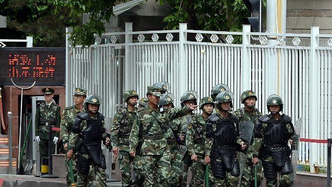 Cảnh sát làm nhiệm vụ trên đường phố Tân Cương.