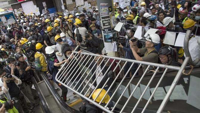Người biểu tìnhcản trở lối vào trụ sở chính quyền Hồng Kông ngày 30/11.
