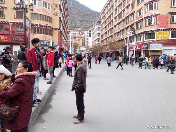 Người dân đổ ra đường sau động đất.