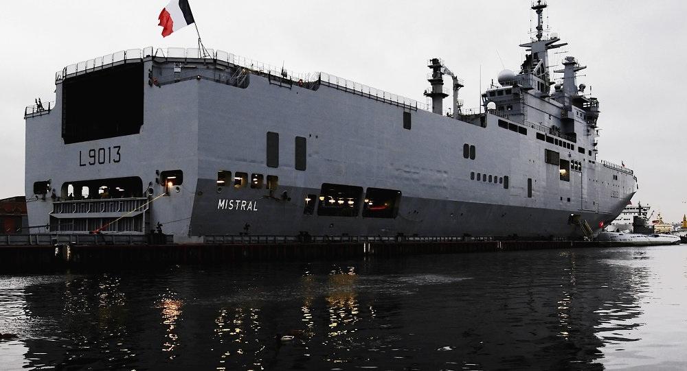 Tàu chiến Mistral có thể chở 16 trực thăng, 4 tàu đổ bộ, 13 xe tăng, 450 binh sĩ và một bệnh viện.