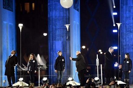 Các quan chứclên sân khấu tham gia màn thả bóng trong lễ kỷ niệm.