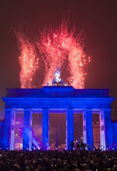 Thông điệp Hòa bình (Frieden)được thắp sángtại Cổng Brandenburg.