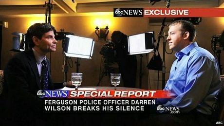 Cảnh sát Wilson (phải)trong cuộc phỏng vấn với kênh