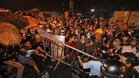 Cảnh sát dùng dui cui với người biểu tình vào tối ngày 30/11.