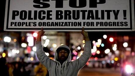 Người da màu tại Ferguson bất bình với việc viên cảnh sát Wilson không bị truy tố hình sự.