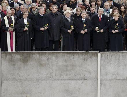 Những quả bóng đã được thả lên không trung, biểu tượng cho sự biến mất của Bức tường Berlin.