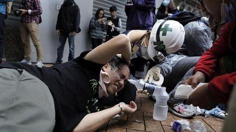 Người biểu tình được điều trị ngay trên phố sau các vụ xô xát với cảnh sát.