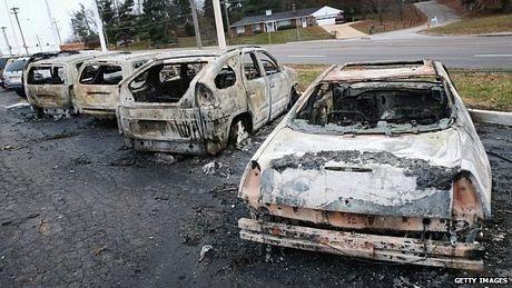 Các phương tiện bị đốt phá.
