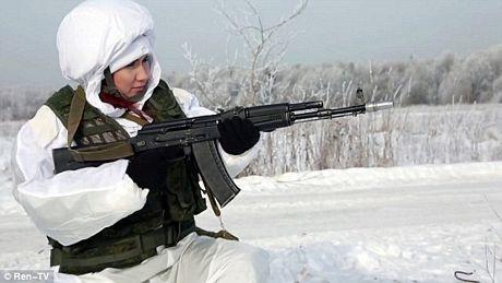 Cựu điệp viên cũng học cách sử dụng súng trường Kalashnikov.