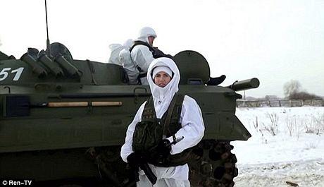 Chapman đứng trên một chiếc xe tăng T80.