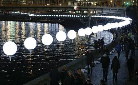 Khoảng 8.000 quả bóng tái hiện Bức tường Berlin xưa kia vào tối qua đã được thả lên bầu trời.