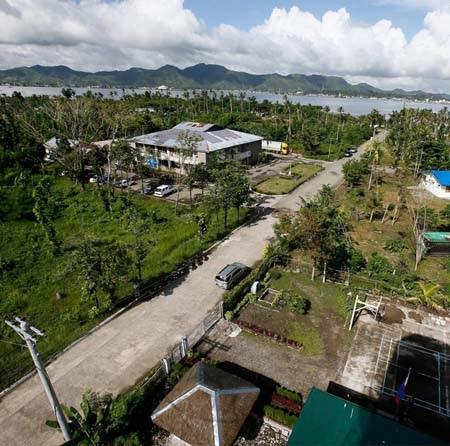 Một bức ảnh chụp Tacloban từ trên cao hôm 9/11/2013 (trên) và tại cùng vị trí hôm 3/11/2014.