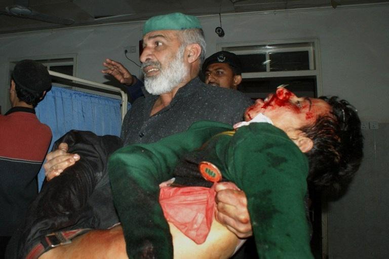 Một học sinh bị thương, với gươngmặt dính nhiều vệt máu, được đưa tới bệnh viện.
