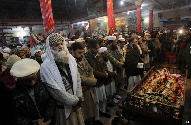 Người Pakistan tưởng niệm các nạn nhân của vụ thảm sát.