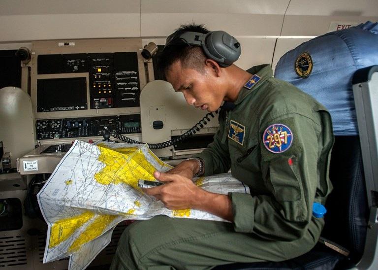 Trên một máy bay tìm kiếm của quân đội Indonesia.