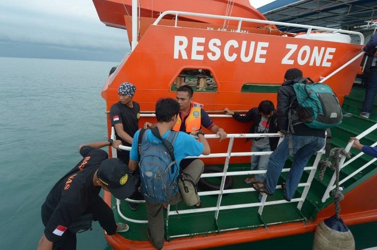 Một tàu của Indonesia chuẩn bị lên đường tìm kiếm máy bay mất tích.