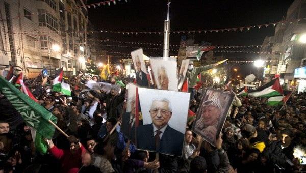 Người dân Palestine tuần hành thể hiện sự ủng hộ với chính quyền Palestine (Ảnh AFP)