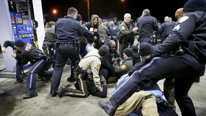 Cảnh sát cố gắng kiểm soát một nhóm biểu tình tại Berkeley ngày 24/12.