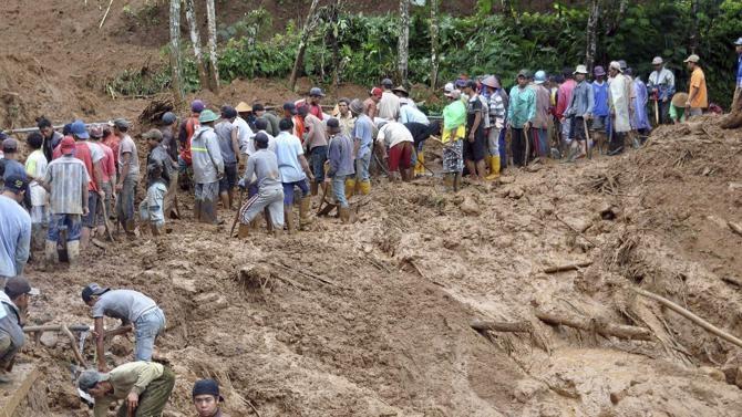 Lực lượng cứu hộ tại hiện trường vụ lở đất.