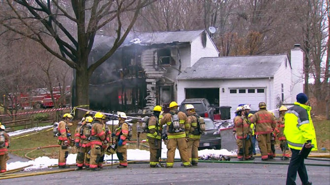 Ngôi nhà bị cháy rụi và phá hủy gần như hoàn toàn sau khi bị máy bay rơi trúng