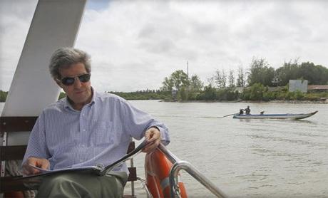 Ngoại trưởng Mỹ John Kerry đi thuyền trên sông Mekong trong chuyến thăm Việt Năm năm 2013. (Ảnh: