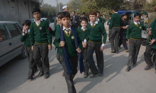 Các học sinh được sơ tán sau khi xảy ra vụ tấn công.
